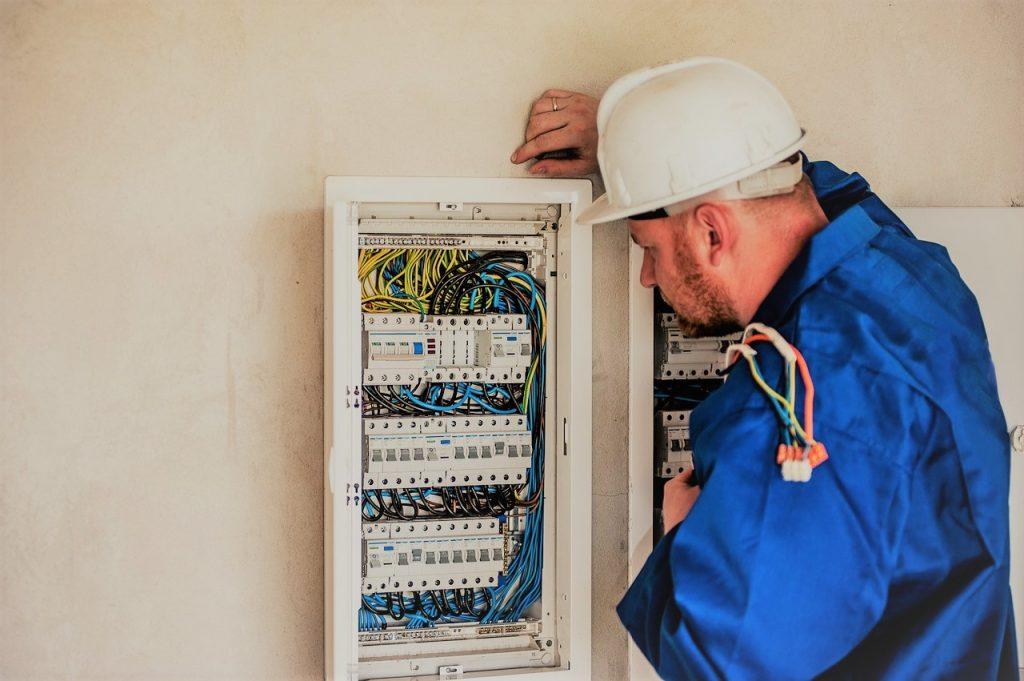 Hombre frente a un panel eléctrico